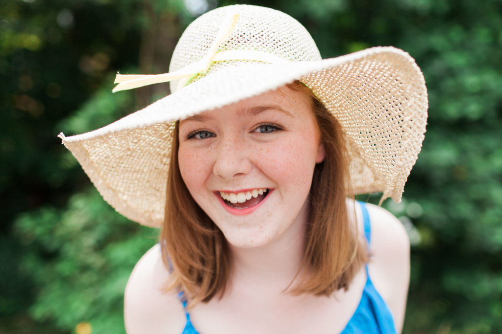 teenage girl senior photos with floppy hat